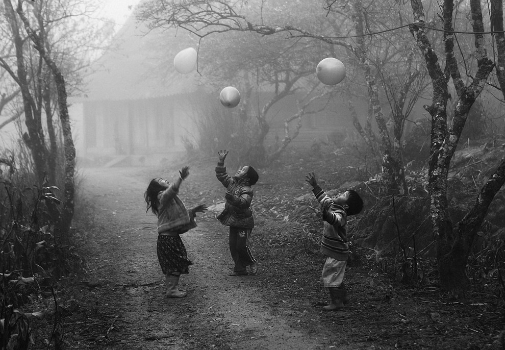 Hmong-children-playing-with-balloons